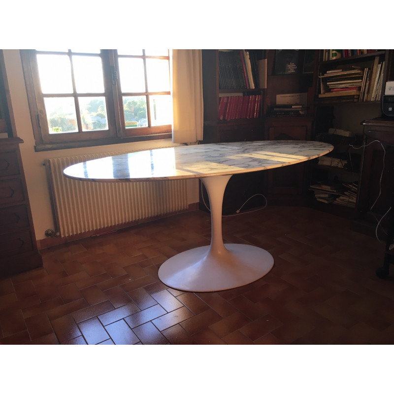 Dining tulip table by Knoll